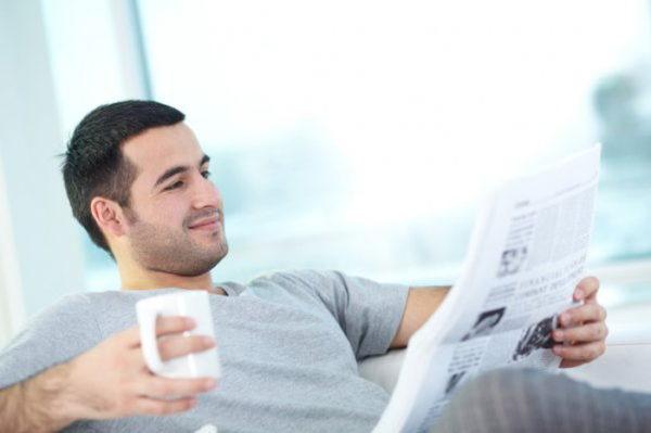 Читает газету